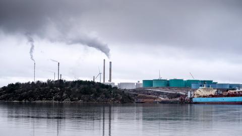 För att Sverige ska leva upp till  Parisavtalet krävs en  lex Preemraff, som omöjliggör investeringar i olja, menar debattören.  Bild: Björn Larsson Rosvall/TT
