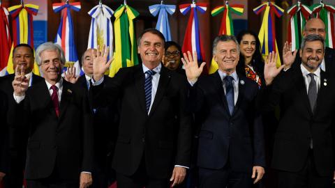 Från vänster till höger: Uruguays president Tabare Vazquez, Brasiliens president Jair Bolsonaro, Argentinas president Mauricio Macri och Paraguays president Mario Abdo Benitez, poserar för fotografer vid Mercosur-toppmötet i Santa Fe, Argentina. Bild: Gustavo Garello/TT