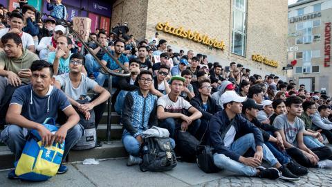 Manifestation av ensamkommande asylsökande för att stoppa ut- visningar till Afghanistan. Ensamkommande är en av de grupper som drabbas hårdast av den restriktiva flyktingpolitiken, menar debattörerna. Bild: Christine Olsson/TT