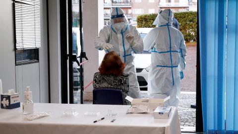 Vårdanställda i Italien testar en kvinna för covid-19. Bild: TT/AP/Cecilia Fabiano