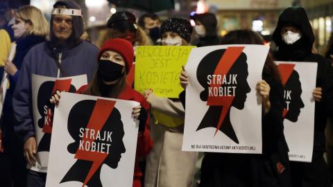 Demonstrationerna i Polen har tvingat den polska regeringen till att skjuta upp genomförandet av inskränkningar av aborträtten, skriver debattören. Bild: Czarek Sokolowski/AP