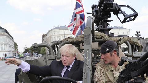 """""""Våra krigsskepp och stridsfordon kommer att bära riktade energivapen och förstöra mål med outtömliga lasrar"""", säger premiärminister Boris Johnson (till vänster). Bild: Czarek Sokolowski/AP"""