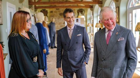 Jillian Halfpenny och Federico Marchetti från Yoox Net-a-porter i samspråk med prins Charles.  Bild: Mike Wilkinson