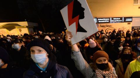 Demonstration i Polen, mot landets nya och hårdare abortlagar. Bild: TT/AP/Czarek Sokolowski