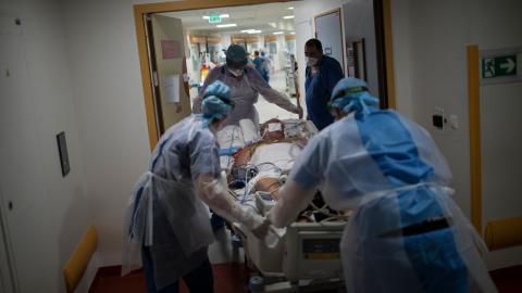 Franska sjuksköterskor på La Timone-sjukhuset i Marseille transporterar en covid-patient till intensivvården. Bild: Daniel Cole/AP/TT