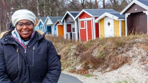 """Eftersom hon tycker att utbildning och undersökning är enormt viktigt har Kristal Ambrose fortsatt utbilda sig själv. I 12 år har hon därför """"bott i en ryggsäck"""" och lett sin organisation från hela världen. Just nu studerar hon i Malmö.  Bild: Anna-Maria Magnusson"""