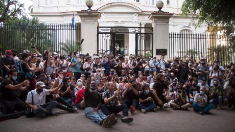 Manifestation utanför kulturdepart- ementet i Havanna i protest mot regimens behandling av kollektivet Movimento San Isidros medlemmar.  Bild: Ismael Francisco/AP