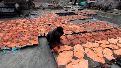 Läderarbetare är en av de grupper vars arbetsförhållanden försämrats under corona-krisen. Bild: A.M. Ahad/AP/TT