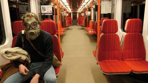 Resenär i skyddsmask i en tom tunnelbanevagn i Prag, Tjeckien.  Bild: Petr David Josek/AP/TT