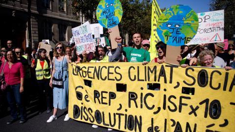 Frankrike väljer att kriminalisera miljöförstöring. Beslutet innebär dock att miljöförstöring ses som ett mindre allvarligt brott och har därför fått kritik av medborgare som vill se ekocid klassas som ett grovt brott.  Bild: Thibault Camus/AP/TT