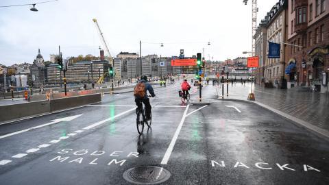 Att bara satsa på cykeltrafiken i Stockholm räcker inte för att minska utsläppen, skriver debattören. Bild: Fredrik Sandberg/TT