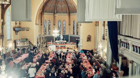Så här brukar det se ut under julbordet i Sankt Johanneskyrkan. Denna bild är från 2018. I år körs julmaten hem till utsatta istället.  Bild: Stadsmissionen