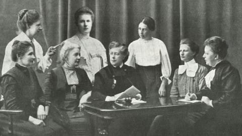 Styrelsen i Föreningen för kvinnans politiska rösträtt, FKPR, i Göteborg 1910. Ordförande Frigga Carlberg är den tredje sittande kvinnan från vänster.  Bildkälla: Tidskriften Idun, 26 mars 1911/KvinnSam