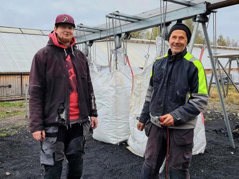 Björn Hell (till vänster) och Sten-Åke Nordin  (till höger). Bakom sig har de säckar med biokol som väntar att packas.  Foto: Yvonne Perkins