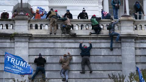 Bild från senaten 6 januari i år, när tusentals människor stormade Kapitolium i Washington DC i försök att stoppa att Joe Biden skulle bli USA:s president. Bild: Jose Luis Magana/AP/TT