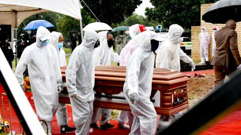 Jackson Mthembu, en högt uppsatt minister i Cyril Ramaphosas regering, avled förra veckan sedan han smittats med covid-19 tidigare i januari. Han begravdes i söndags. Foto: Kopano Tlape / TT