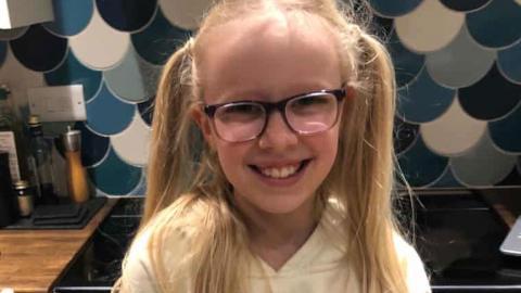 Lizzie, som studerat plastföroreningar i fjärde klass, har samlat in 70 000 namnunderskrifter på mindre än en vecka. På hennes föräldrars begäran går media inte ut med hennes fullständiga namn.   Bild: The guardian