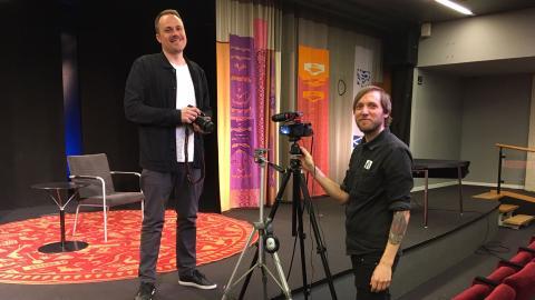 Programsamordnare på stadsbiblioteket i Göteborg Martin Holmquist och bibliotekarien  Tobias Rönnertz.  Bild: Press