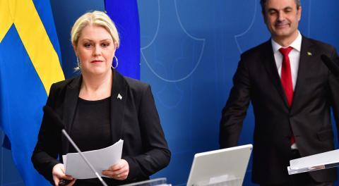 Socialminister Lena Hallengren (S) och näringsminister Ibrahim Baylan (S) presenterar pandemilagstiftningen. Bild: Jonas Ekströmer/TT