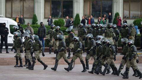 I länder som Belarus har coronapandemin använts som förevändning för att slå till mot demonstrationer, konstaterar HRW i sin rapport. Bild: TT/AP