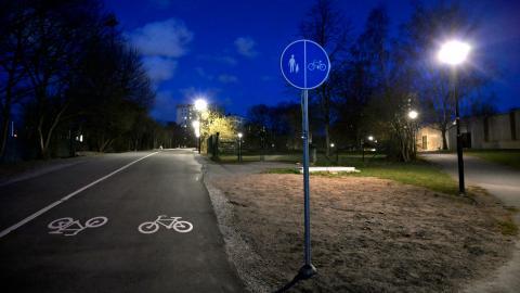 Många, framför allt kvinnor, känner sig otrygga i sitt bostadsområde under kvällstid. För att motverka detta måste vi satsa på trygg stadsplanering, menar debattörerna. Bild: Janerik Henriksson/TT