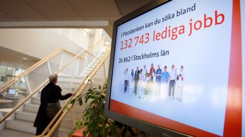 """""""Snart ett år efter pandemins utbrott i Sverige är restriktionerna starkare, arbetslösheten högre samtidigt som arbetslöshetsförsäkringen och individers trygghet försämras"""", skriver debattörerna . Bild: Jessica Gow/TT"""