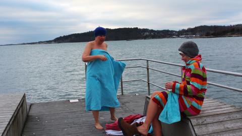 Marja och Anna är frälsta kallbadare som badar en till två gånger i veckan. Bild: Julia Sandstén Vikberg
