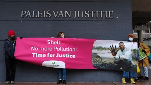 Shell är ett av de företag som genom sin reklam försöker framställa sig som miljövänliga, trots att denna reklam  inte stämmer med verkligheten. Bild: Mike Corder/AP/TT