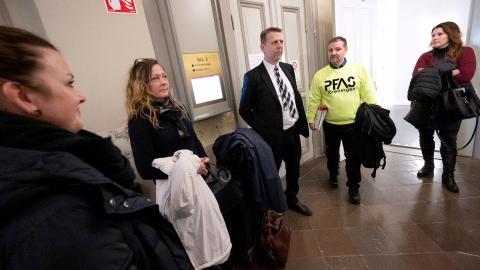 PFAS-föreningens medlemmar med advokat Göran Starkebo och ordförande Herman Afzelius i mitten på väg in i rättssalen på Blekinge tingsrätt i Karlskrona.  Bild: Johan Nilsson/TT