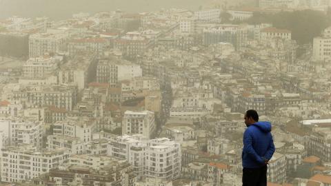 Sand och damm från Saharaöknen lade sig igår som ett dis över Algeriets huvudstad Alger.  Bild: Fateh Guidoum/AP
