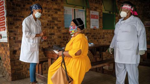 Sjuksköterskorna Putseltso Lesofe, till vänster, och Carol Ditshego förebereder en patient under en studie av coronavaccin vid en klinik i norra Johannesburg, Sydafrika. Bild: Jerome Delay/AP