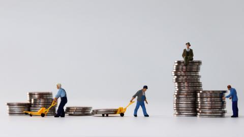 """Sedan 1980-talet har ojämlikheten ökat i Sverige.""""Det är naivt och farligt att tro att ojämlikheten inte utgör ett hot mot vår demokrati"""", skriver debattören. Bild: Shutterstock"""