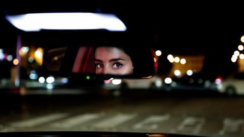 2018 blev Saudiarabien det sista landet i världen att ta bort förbudet mot kvinnor att köra bil.  Här kör Hessah al-Ajajisin bil för första gången i huvudstaden Riyadh. Foto: Nariman El-Mofty.