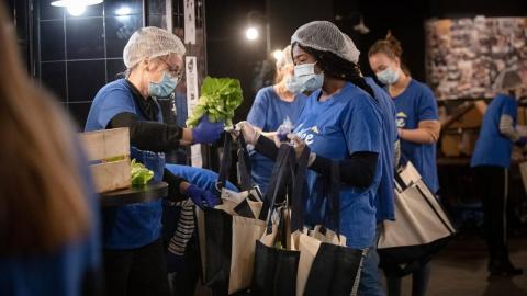 Organisationen Linkee delar ut 20 000 matransoner  i veckan i Paris.   Bild: Linkee