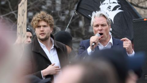 """Heiko Schöning till höger, tillsammans med ansiktet utåt för """"Tusenmannamarschen"""" den 6 mars, Filip Sjöström. Bild: Joakim Medin"""