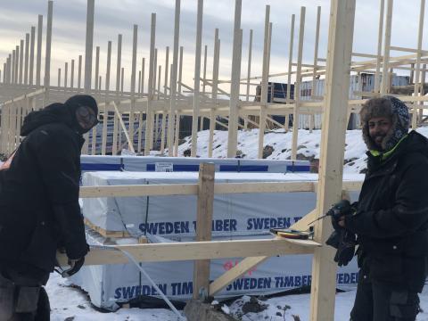Zersenai Tezare och Abraham Tesfaldet bygger en trästomme för ett nytt solcellstak i ETC Solpark Katrineholm. Bild: Gahangir Sarvari