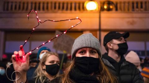 Protest i Polen – mot landets hårdare abortlagar. Bild: TT/AP/Agata Grzybowska