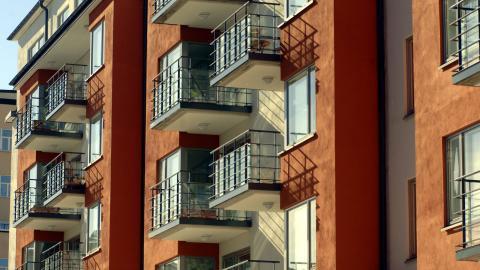 Vissa hävdar att fri hyressättning krävs för att fler bostäder ska byggas. Detta stämmer inte, menar debattörerna. Bild: Hasse Holmberg/TT