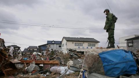 För tio år sedan idag drog  tsunamin som kom att orsaka  världens näst värsta kärnkrafts- olycka in över Fukushima.  Bild: Wally Santana/AP/TT