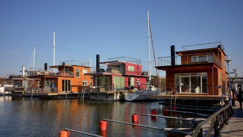 Den pågående bostadsbristen i Göteborg tar längre tid än planerat att bygga bort. Nu tittar politikerna på lösningar som fler husbåtar och möjligheten att bo på sin kolonilott året runt. Bild: Janerik Henriksson/TT