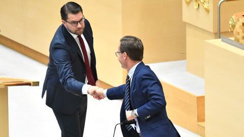 Jimmie Åkesson (SD) och Ulf Kristersson (M) skakar hand.  Bild: Claudio Bresciani/TT