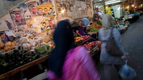 Samias man tvingar henne att sälja grönsaker på marknaden för att tjäna pengar till hushållet. Bilden ovan är en genrebild då Samia är rädd för att bli igenkänd. Bild: Bernat Armangue/AP/TT