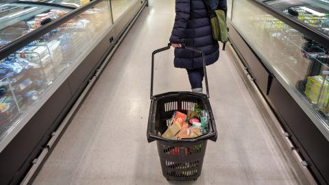"""""""Livsmedelssystemet är en tung faktor bakom både pandemins uppkomst och socioekonomiskt betingade skillnader i matvanor och hälsa"""", skriver debattörerna. Anders Wiklund/TT"""