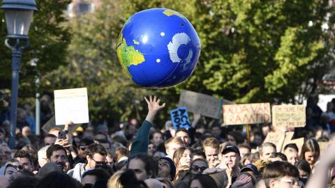 Idag håller Fridays for future en global klimatstrejk. Debattörerna uppmanar vuxna att ta samma ansvar för klimatet och ställa sig bakom de ungas uppror.  Anders Wiklund/TT
