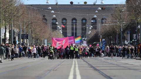 """""""På kongressen har Feministiskt initiativ möjlighet att ta ett modigt och demokratiskt nyskapandebeslut för klimatet"""", skriver debattörerna. Arkivbild från förstamajdemonstration i Göteborg 2017.  Adam Ihse/TT"""