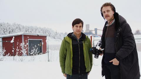 Lars Edman (till vänster) och William Johansson Kalén vill med sin dokumentärfilm Arica sätta nytt ljus på giftskandalen i Chile. Här står de framför Anrikningsverket i Boliden. Laika Film & Television