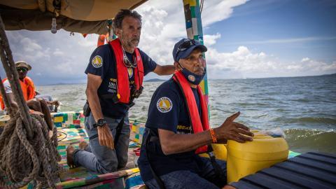 Ali Skanda (främst) med sjömannen Eric Loizeau från Frankrike på väg över Victoriasjön. Bild: Sofi Lundin