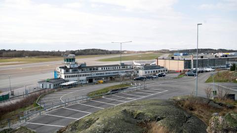Regeringen har beslutat att stänga Bromma flygplats. Beslutet är välkommet, men det räcker inte, menar debattörerna. Bild: Fredrik Sandberg/TT