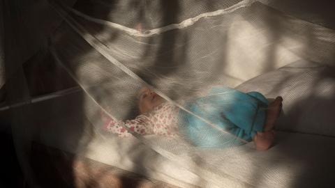 Malaria drabbar främst barn under fem år. Sjukdomen riskerar nu att växa då en stor del av resurserna istället används för att bekämpa pandemin, menar debattören. bild Helena Landstedt/TT