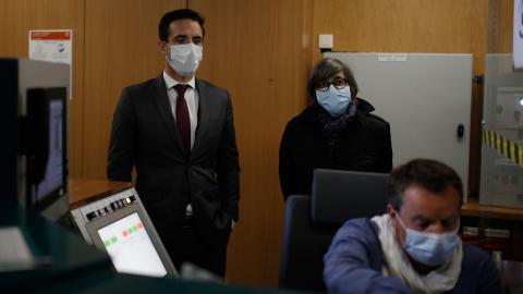 Jean-Baptiste Djebbari tror att hälsokrisen i kombination med folks dragning till klimatrörelsen gör att hållbarhet kommer att bli ett allt vanligare krav på resebolag och transporter. Här tillsammans med Catherine Guillouard, styrelseordförande i RATP. Bild: TT/AP/Rafael Yaghobzadeh
